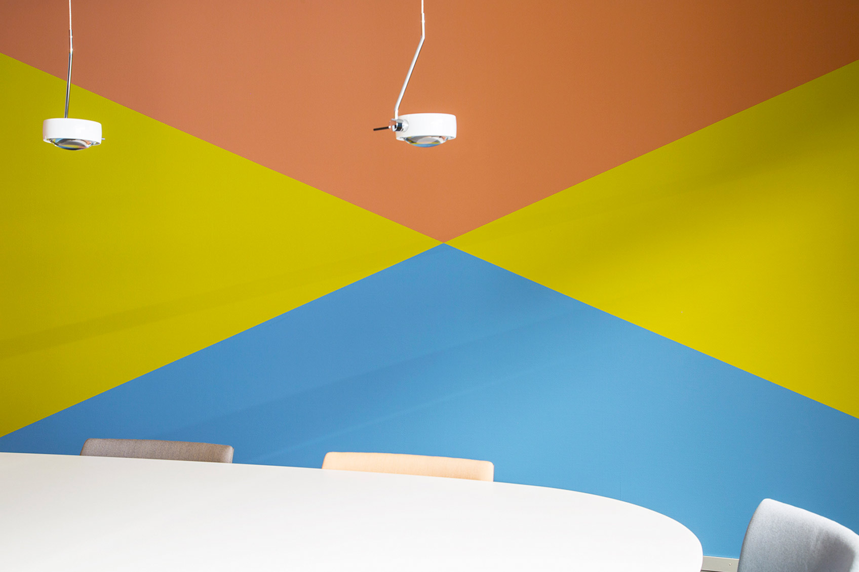 Colour design meeting room wall ©Hannah Grüninger