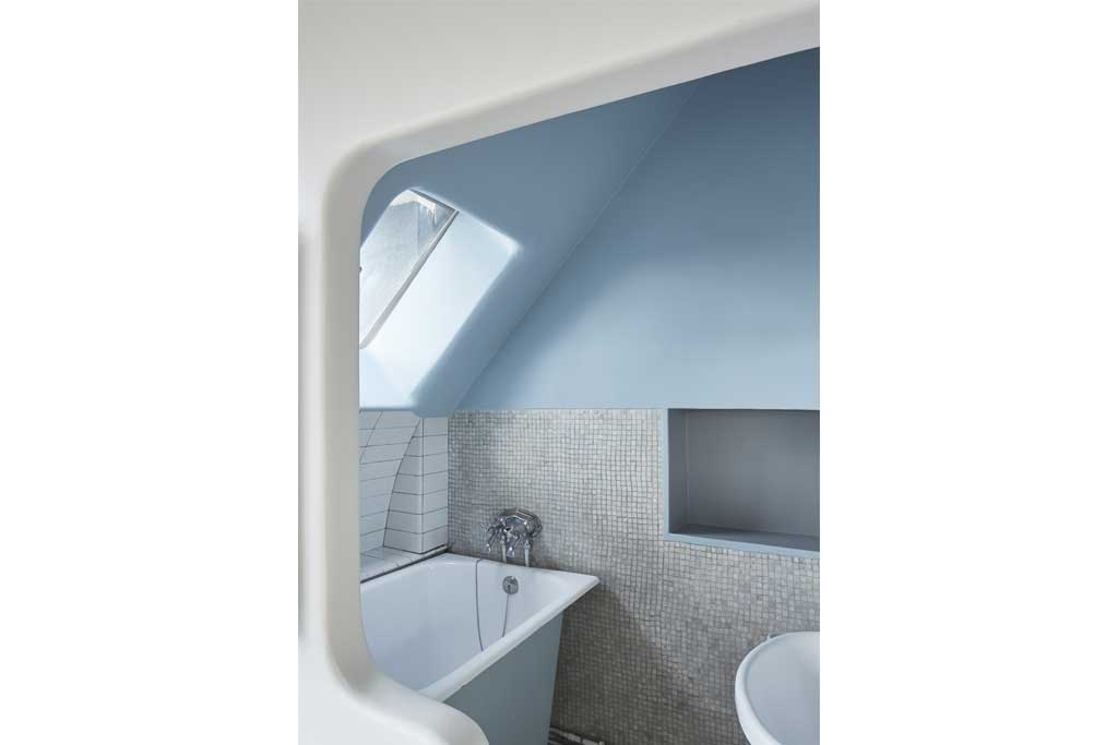 The bright ultramarine makes the walls of the small bathroom soft and the room looks bigger and more airy.